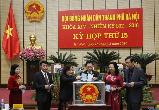Các đại biểu bỏ phiếu bầu chức danh Phó Chủ tịch HĐND TP