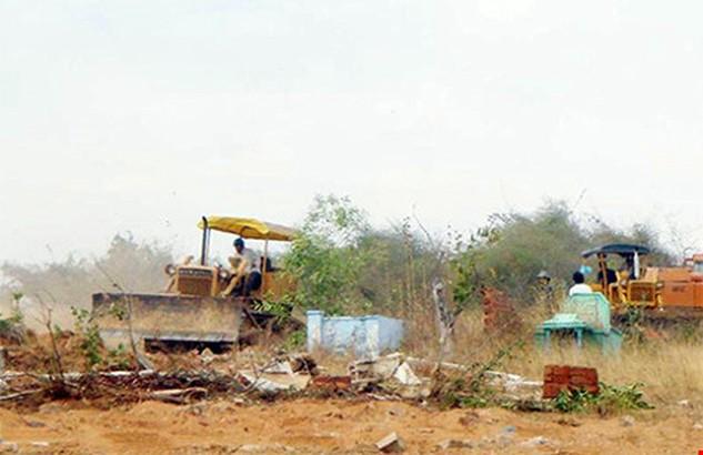 Vừa được giao đất, chưa nộp tiền, chưa làm thủ tục kiểm kê bồi thường cho dân nhưng Công ty Tân Việt Phát đã đưa cơ giới vào khai thác cát. Ảnh: P.NAM
