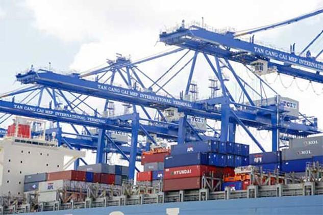 Bốc xếp container tại cảng khu vực Cái Mép - Thị Vải