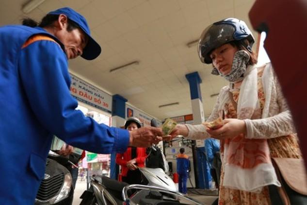 Nhiều ý kiến cho rằng đã đến lúc để giá xăng dầu theo quy luật cung - cầu, chịu sự điều tiết của thị trường. Ảnh: HẢI NGUYỄN