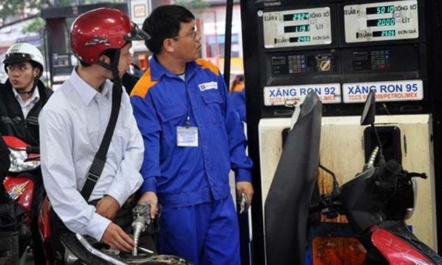 """Cơ quan quản lý hiện """"bó tay"""" với khoản lãi nhà buôn xăng dầu được hưởng nhờ lỗ hổng chính sách."""