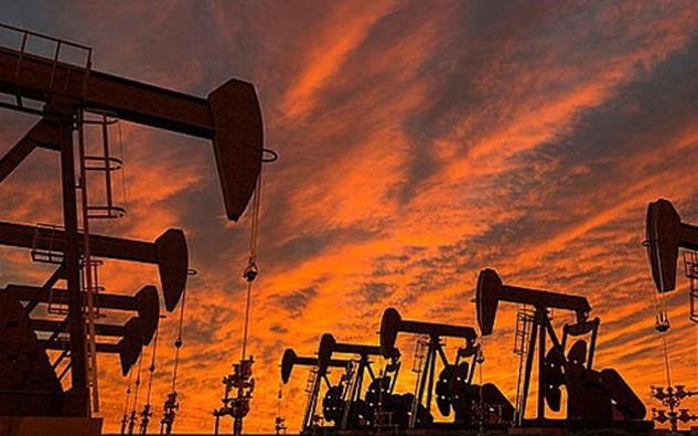 Tính trong 13 tuần qua, dự trữ dầu và nhiên liệu của Mỹ đã tăng 10 tuần - Ảnh: Telegraph.