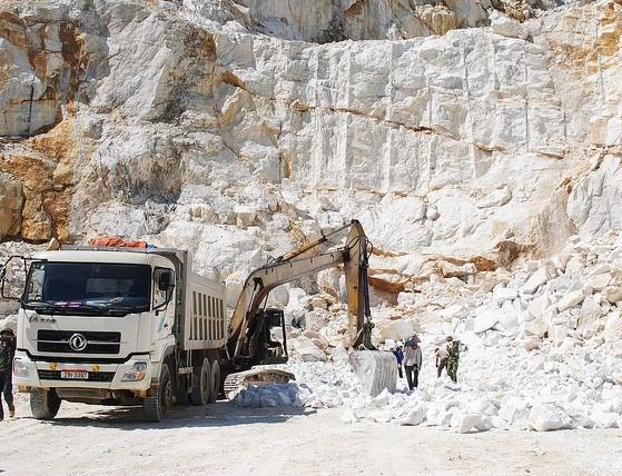 Hà Nam là địa phương có trữ lượng đá vôi, sét lớn, thuận lợi cho việc đầu tư xây dựng các nhà máy sản xuất xi măng