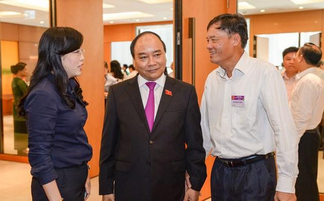 Phó thủ tướng Nguyễn Xuân Phúc trong giờ giải lao bên hành lang Quốc hội.