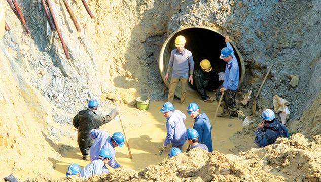 Đường ống nước Sông Đà về Hà Nội đã nhiều lần bị vỡ vì chất lượng ống hiện tại.