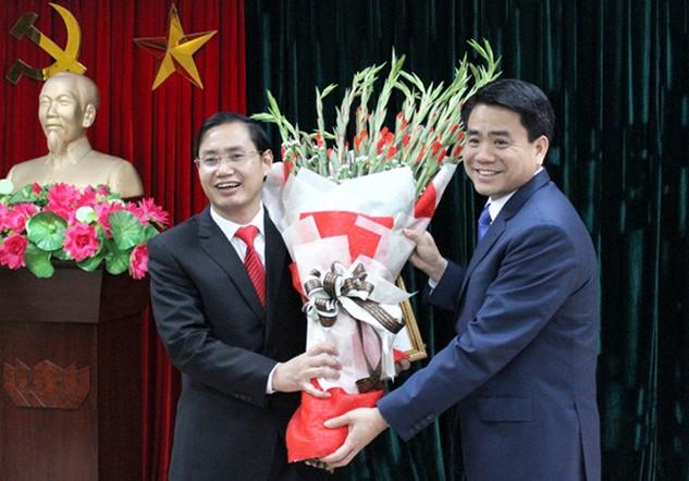 Ông Nguyễn Đức Chung, Chủ tịch UBND TP. Hà Nội trao quyết định bổ nhiệm Giám đốc Sở Kế hoạch và Đầu tư cho ông Nguyễn Văn Tứ (ảnh VP UBND)