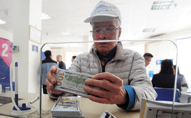 Các ngân hàng có lợi khi huy động USD sau đó chuyển sang tiền đồng và cho vay bằng tiền đồng