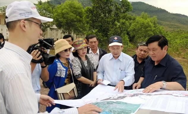 Bí thư Tỉnh ủy Bình Định - ông Nguyễn Thanh Tùng (người mặt áo đen bên phải) - kiểm tra công tác giải phóng mặt bằng nhằm đẩy nhanh tiến độ triển khai Dự án VSIP Bình Định.