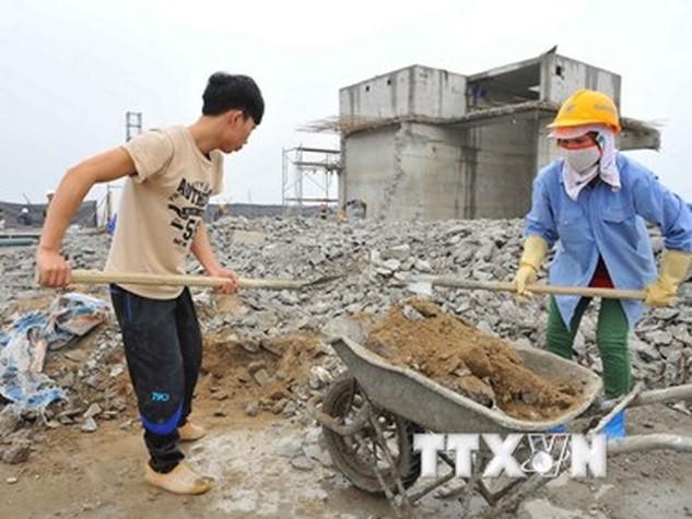 Thực hiện phá dỡ phần công trình xây dựng sai phạm tại tòa nhà 8B Lê Trực vào sáng 6/3 vừa qua. (Ảnh: Minh Đức/ TTXVN)