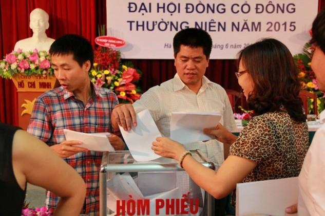 Ông Vũ Hồng Phương (đứng giữa) rời chức vụ Chủ tịch Tổng công ty Thăng Long sau đúng 7 tháng đảm nhận chức vụ
