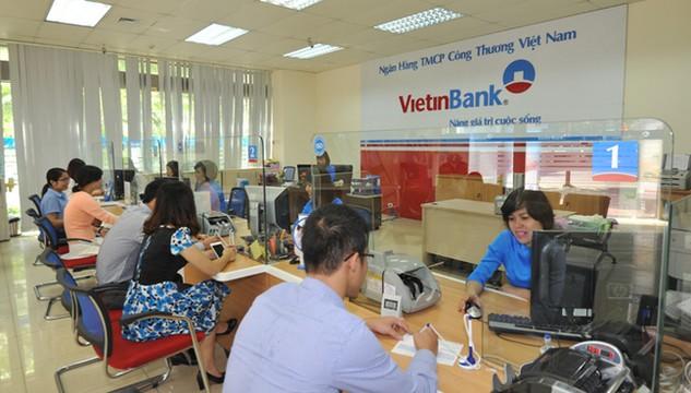 Nhiều người dân đã chọn lãi suất cao để gửi tiền vào ngân hàng.