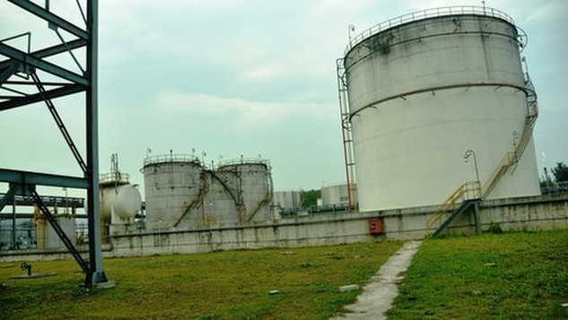 Nhà máy xăng sinh học bio ethanol Dung Quất đang phải ngừng hoạt động vì không tiêu thụ được sản phẩm - Ảnh: Trần Mai