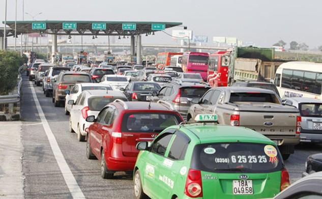 Hàng dài ô tô chờ qua Trạm thu phí Đại Xuyên, cao tốc Cầu Giẽ - Ninh Bình. Ảnh: Phạm Hải