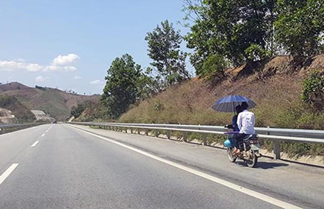 Xe máy vô tư đi lại trên cao tốc bất chấp các nỗ lực cấm đoán của cơ quan quản lý.