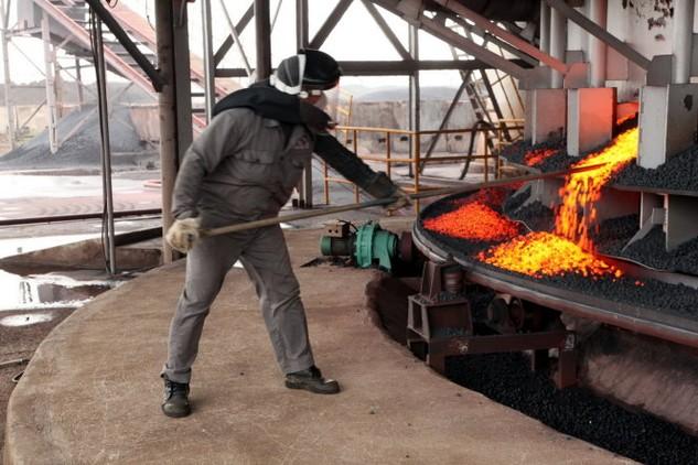 Các chuyên gia cho rằng việc hỗ trợ cả ngàn tỉ đồng để tiếp tục một dự án đã tăng vốn hơn gấp đôi dự tính cần phải cân nhắc, nhất là trong bối cảnh các nhà máy thép hiện đang gặp khó với thép Trung Quốc. Trong ảnh: sản xuất thép tại một doanh nghiệp thép