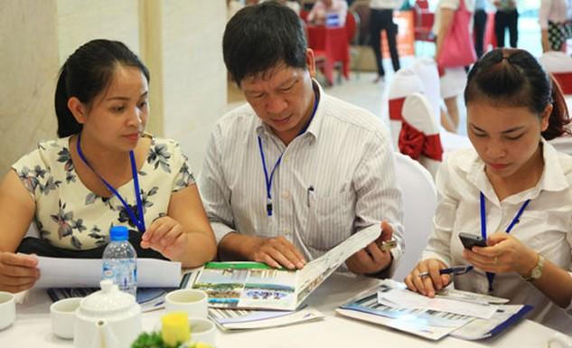 Khách hàng tham khảo thông tin mở bán một dự án nhà ở tại Hà Nội. Ảnh: Công Hùng