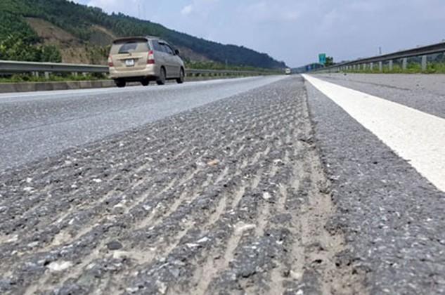 Để xử lý vết hằn bánh xe, đơn vị quản lý đường đã tạo ra vô số những vết nhám như thế này trên suốt dọc đường.
