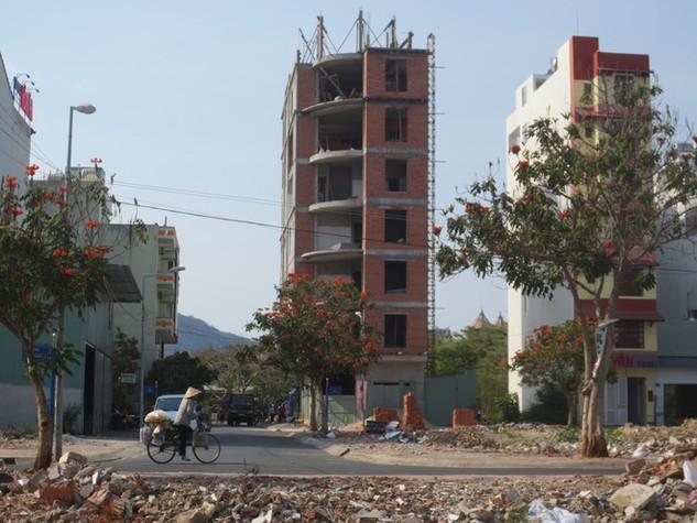 Một công trình xây vượt tầng trong khu Á Châu