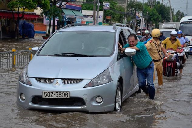 Tình trạng ngập nước vì triều cường tại TP.HCM đã diễn ra nhiều năm nay. Ảnh: Đình Thảo