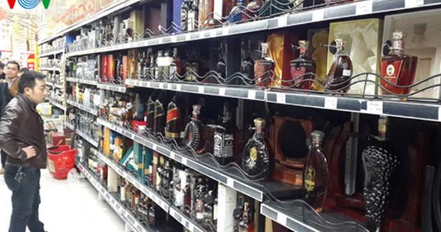 Tăng thuế tiêu thụ đặc biệt đối với rượu bia, thuốc lá. (Ảnh minh họa)
