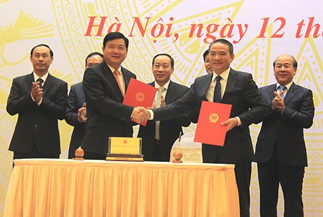 Ký kết chuyển giao công việc của ông Đinh La Thăng với Bộ trưởng Trương Quang Nghĩa. Ảnh: Đ.Loan