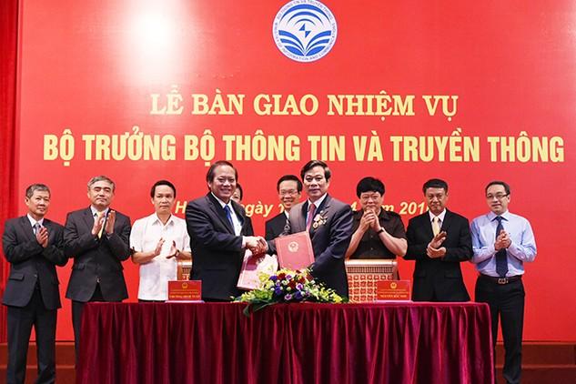 Ông Nguyễn Bắc Son bàn giao nhiệm vụ Bộ trưởng Bộ TT&TT cho ông Trương Minh Tuấn. Ảnh: VGP/Quang Hiếu