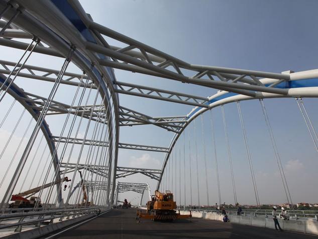 Gói thầu xây dựng cầu dẫn phía Đông Anh (cầu Đông Trù) đã phải 3 lần gia hạn tiến độ thi công, nhưng không làm rõ các nguyên nhân để xử lý. Ảnh: Đức Thanh