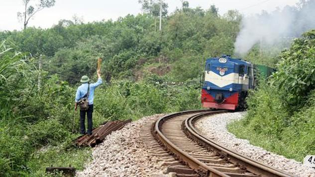 Tàu chậm chạp qua đèo Khe Nét, Quảng Bình - Ảnh: Internet