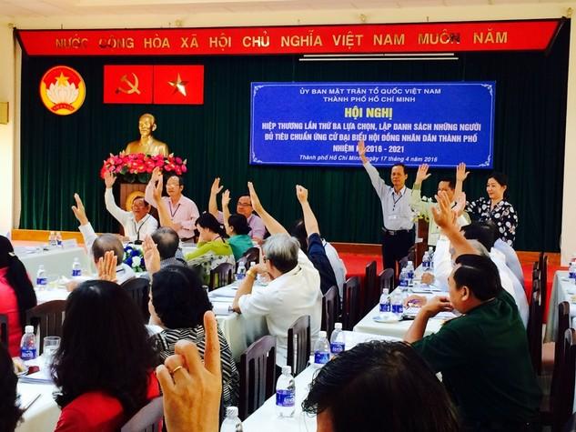 Các đại biểu biểu quyết lựa chọn người đủ tiêu chuẩn ứng cử đại biểu HĐND TPHCM nhiệm kỳ 2016 – 2021