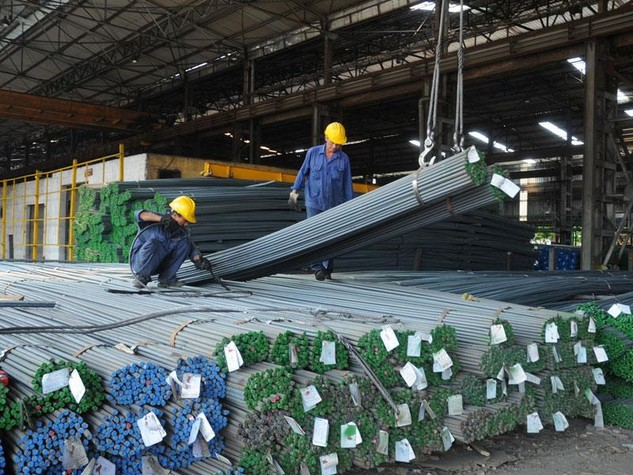 Hiện giá thép bán lẻ trên thị trường đã về mức 11.000 - 11.500 đồng/kg, thấp hơn 15% so với thời điểm cuối tháng 3.