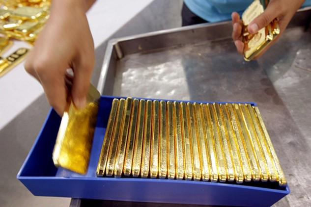 Có chuyên gia dự báo giá vàng sẽ trở lại vùng 1.100-1.200 USD. Ảnh: Bloomberg.