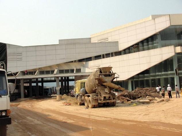 Nhà liên hợp cửa khẩu quốc tế Cầu Treo đang tiếp tục được thi công. Ảnh: Thế An