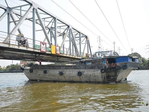 Cầu Bình Lợi già nua vẫn gồng mình gánh những đoàn tàu vì chủ đầu tư chưa giải tỏa xong mặt bằng để xây dựng cầu mới.