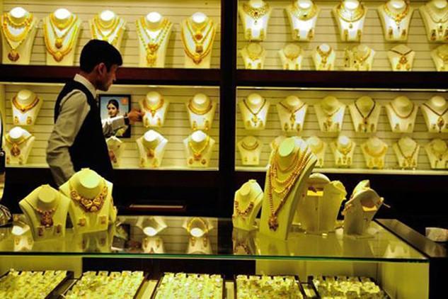 Giá vàng dù giảm nhẹ đầu phiên châu Á nhưng vẫn duy trì quanh vùng 1.245 USD. Ảnh: AFP.