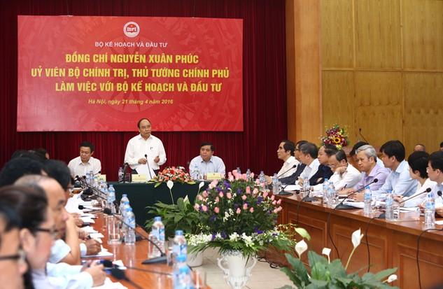 Thủ tướng Nguyễn Xuân Phúc chỉ đạo, Bộ KH&ĐT cùng các bộ, ngành phải đề ra các giải pháp để giữ mục tiêu tăng trưởng 6,7%. Ảnh: Lê Tiên