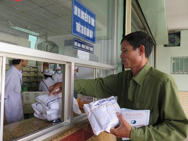 Tại Bệnh viện Y học cổ truyền TP.HCM, dược liệu và các vị thuốc vẫn đang được bán ra hàng ngày cho người bệnh. Ảnh: V.H