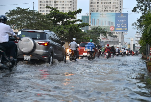Tình trạng ngập lụt do triều cưởng đang phá hủy hạ tầng giao thông ở TP.HCM. Ảnh: Quang Tuấn