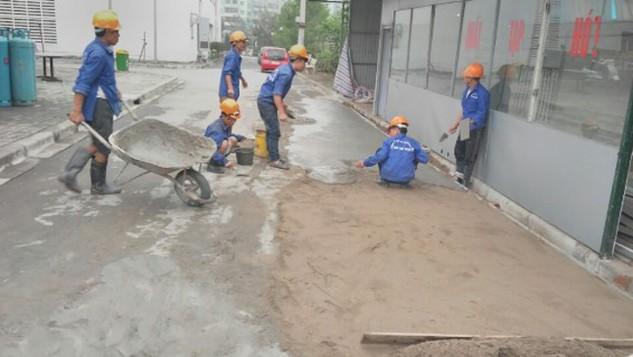 Mặt đường gom trong khuôn viên BV Nội tiết TW bị lún nứt đã được khắc phục tạm thời. Ảnh: QĐ