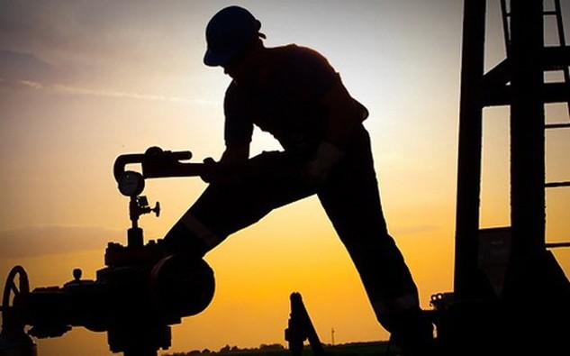 Thông tin FED không nâng lãi suất cơ bản đồng USD đã giúp đẩy giá dầu tăng bất chấp việc dự trữ dầu thô tại Mỹ tăng mạnh trong tuần qua - Ảnh: Reuters.