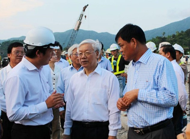Tổng Bí thư Nguyễn Phú Trọng và Bí thư Tỉnh ủy Phú Yên Huỳnh Tấn Việt (bên phải) thăm công trình Dự án Hầm Đèo Cả