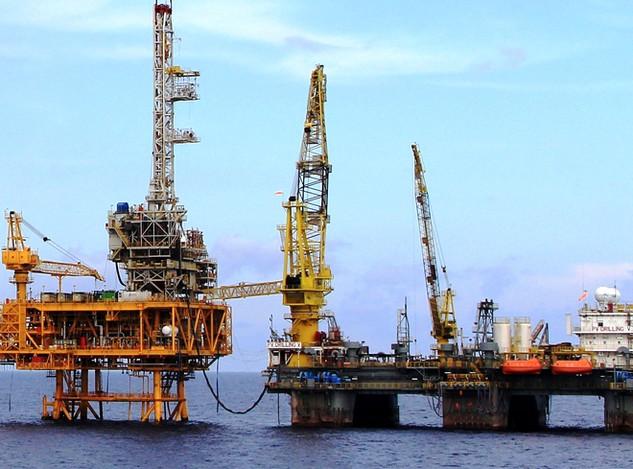 Giá dầu giảm sâu khiến các công ty dịch vụ dầu khí lao đao. Ảnh: Nhật Bắc