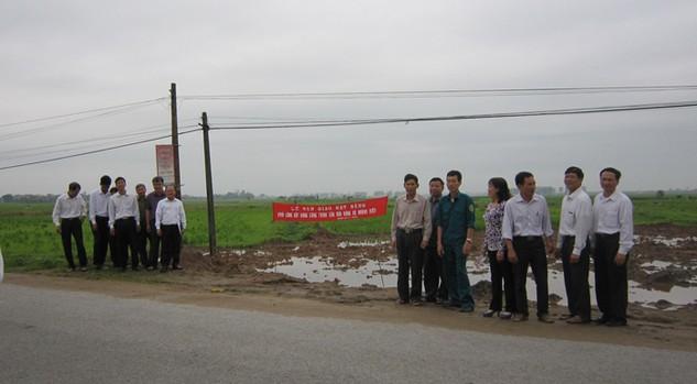Lễ bàn giao mặt bằng xây dựng sân vận động xã Hoàng Diệu. Ảnh: do bên mời thầu cung cấp