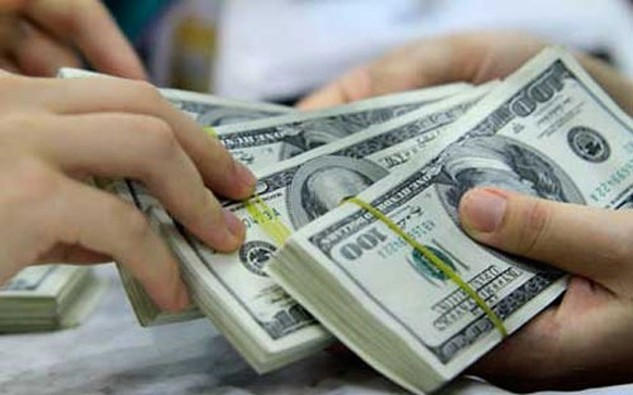 """Nếu tổ chức tín dụng vẫn mong muốn khách hàng tiếp tục gửi ngoại tệ, đặc biệt là USD thì việc """"tri ân"""", bù đắp lợi ích cho khách hàng là điều dễ hiểu."""