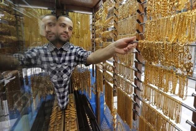 Giá vàng rơi nhanh ngay phiên giao dịch đầu tuần. Ảnh: Reuters.