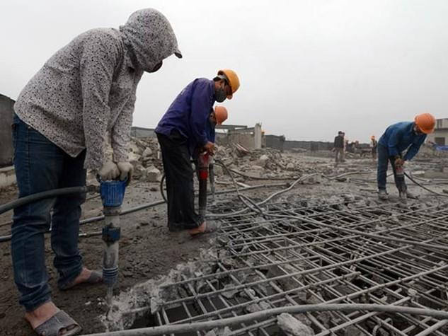 Công tác tháo dỡ diện tích vi phạm tòa nhà 8B Lê Trực bị cản trở. Ảnh: Quốc Kiên