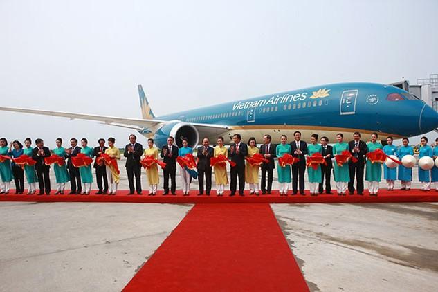 Thủ tướng Nguyễn Xuân Phúc và các đại biểu cắt băng khai trương đường bay của Vietnam Airlines tại Cảng hàng không quốc tế Cát Bi. Ảnh: Thủy Dung