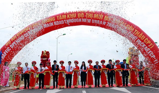Lãnh đạo TP Hà Nội và lãnh đạo tỉnh Vĩnh Phúc cắt băng thông xe tuyến đường trục khu đô thị mới Mê Linh. Ảnh: Phạm Hùng