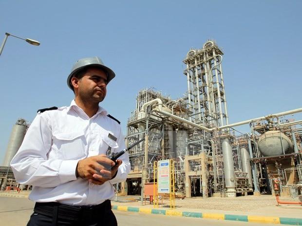 Nhân viên làm việc tại cơ sở hóa dầu Mahshahr ở tỉnh Khuzestan, Tây Nam Iran ngày 28/9/2011. (Nguồn: EPA/TTXVN)