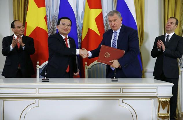 Ông Igor Sechin, Chủ tịch Hội đồng Điều hành Rosneft và ông Nguyễn Quốc Khánh trao đổi thoả thuận tại Lễ ký kết. Nguồn ảnh: Ria Novosti.