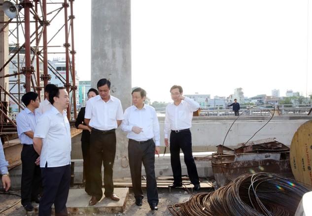 Phó Thủ tướng Vương Đình Huệ thị sát các công trình ngăn mặn tại tỉnh Kiên Giang ngày 17/5. Ảnh: Thành Chung - Bích Thảo